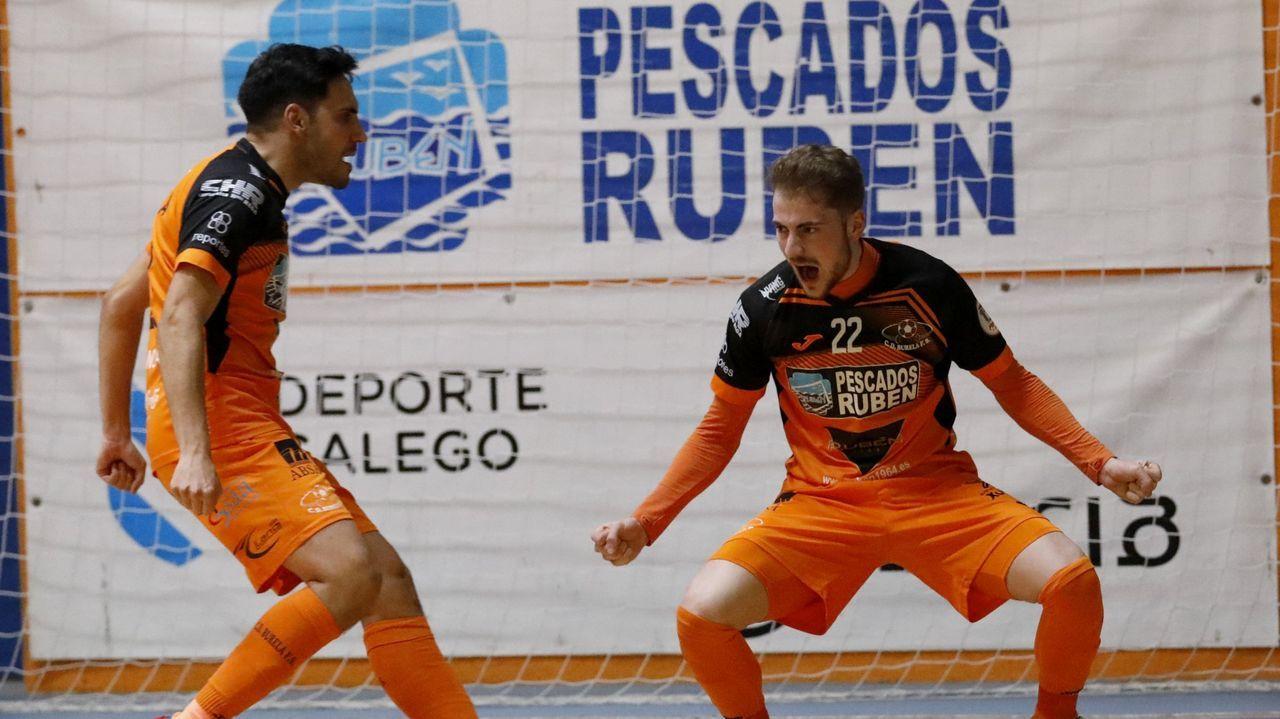 Imágenes del Burela Pescados Rubén - Roldán.Iago Míguez celebra el segundo gol burelista ante el Ribera Navarra