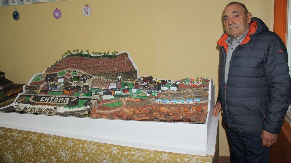 Raúl Díaz muestra su belén de pizarra en las antiguas escuelas de Éntoma en O Barco