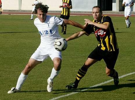 Diego Núñez, a la derecha, salió en la segunda parte en el partido ante el Monterroso.
