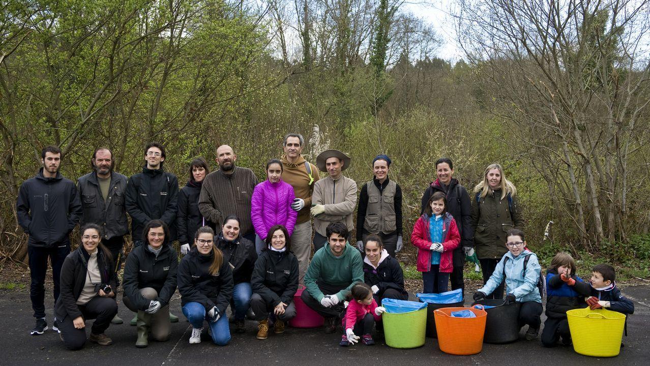 Voz Natura, agentes forestales y alumnado: ¡reforestación en Fisterra!.Punto limpio