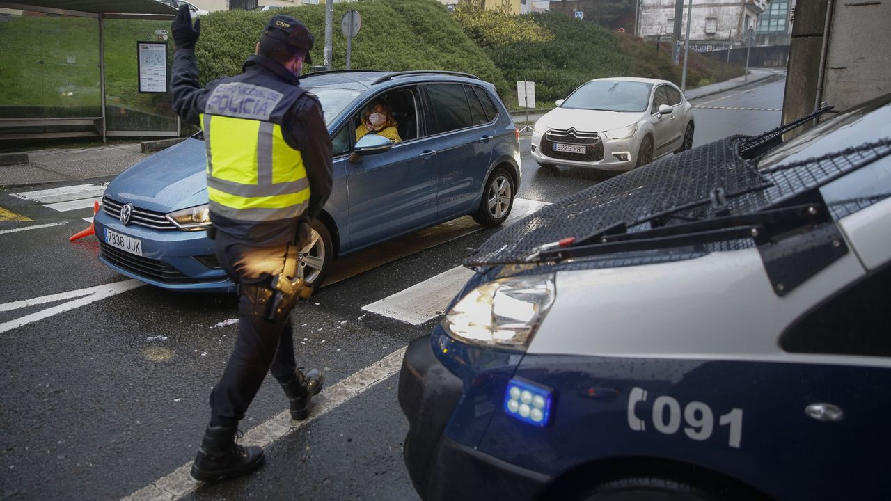 Concentración motera en Gijón.Un agente del GEAS (Grupo Especial de Actividades Subacuáticas) de Ceuta rescató a este bebé de apenas unos meses de vida