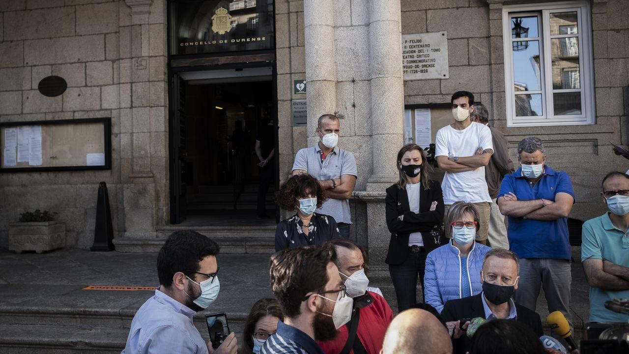 Rodríguez Villarino compareció ante los medios frente a la puerta del Concello