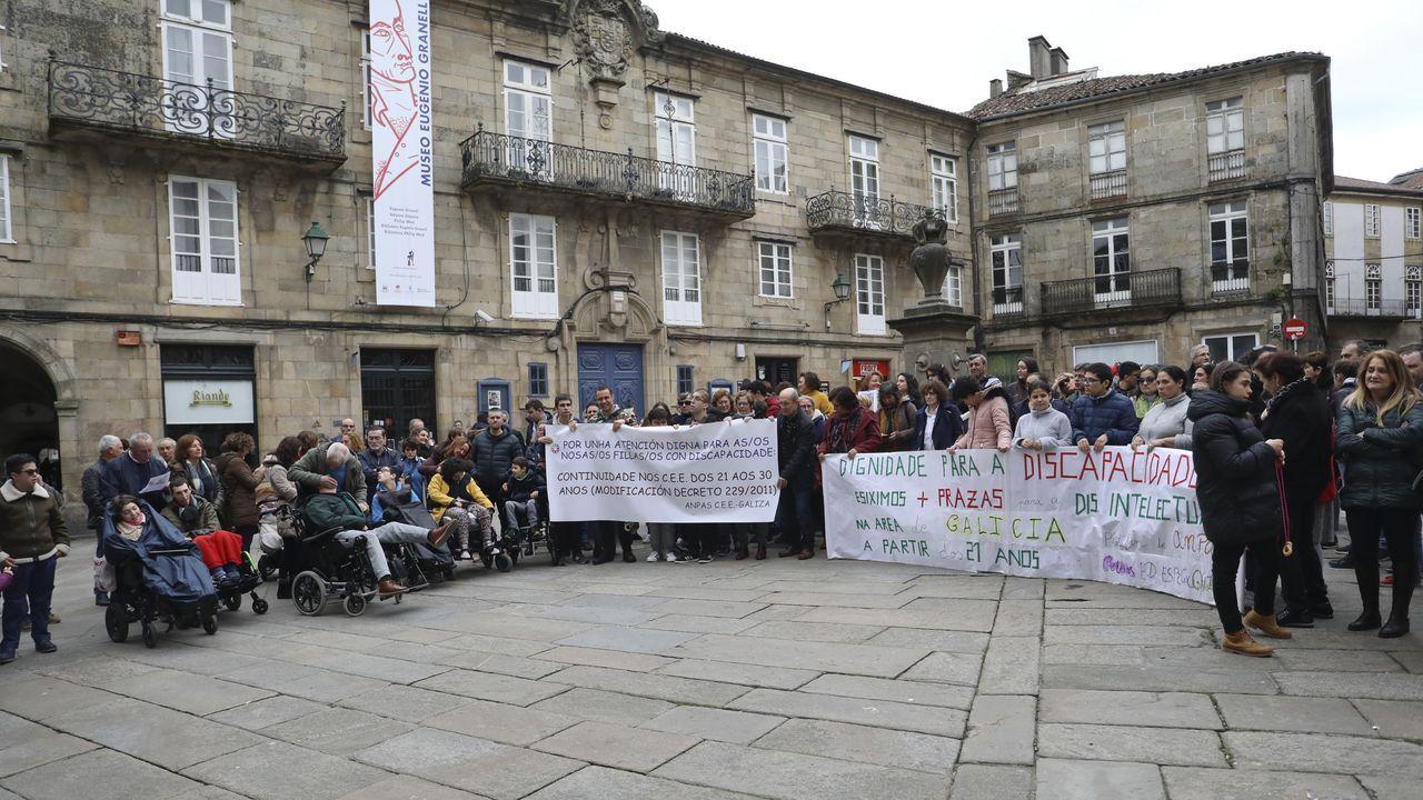 Escolares de Rianxo colocan varias placas de mujeres ilustres rianxeiras en Taragoña.Reunión entre la consejera de Educación, Carmen Suárez y los representantes de Padres y madres de Alumnos.