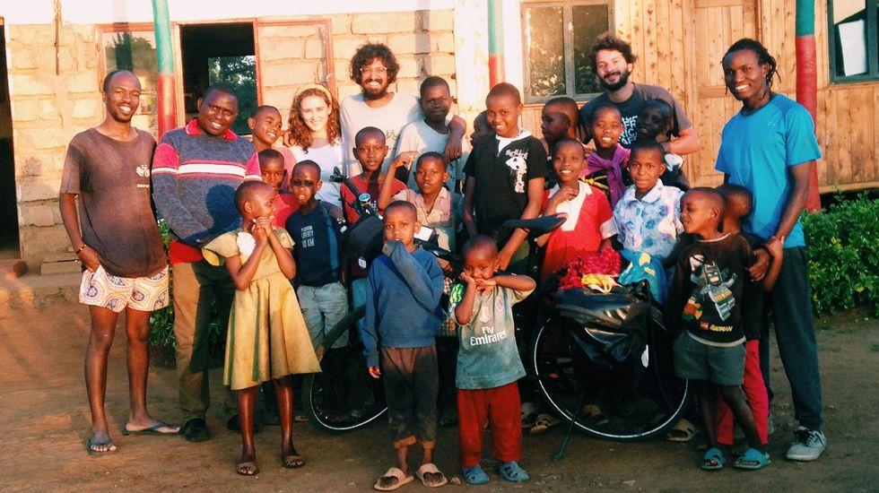 El viaje de Nicolás Merinoen bici por África.Niños de El Salvador, celtistas gracias a Nico Domínguez