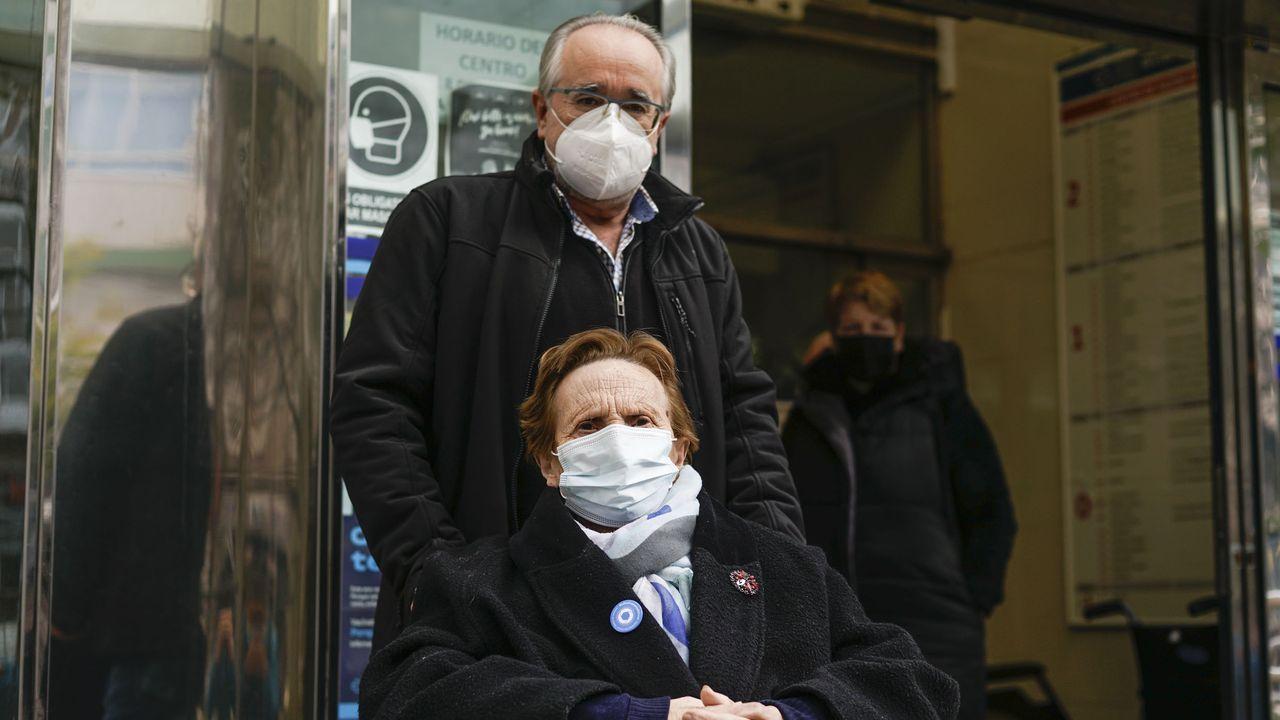 Martina Iglesias y su hijo Alfredo, en el centro de salud de A Ponte