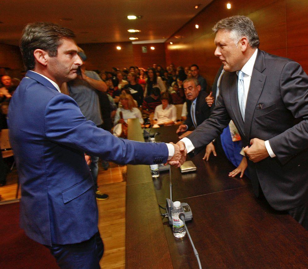 El nuevo alcalde de Sanxenxo, Gonzalo Pita, que liderará un cuatripartito, saluda a Telmo Martín.