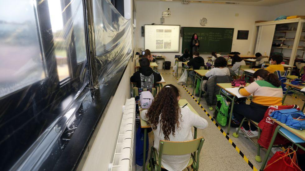 Aula del colegio de A Lomba en Vilagarcía, donde se colocaron plásticos en la ventana para evitar que entre el agua de lluvia