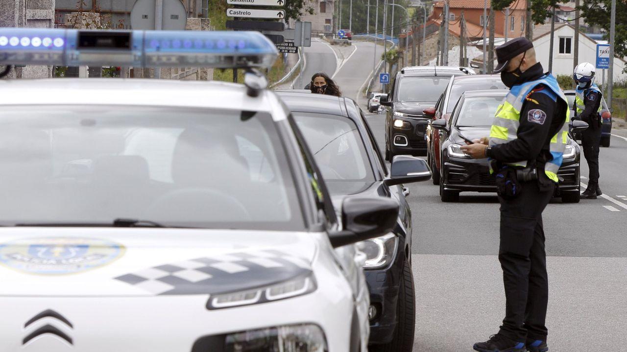 Agentes de la Policía Nacional y de la Local, en uno de los controles conjuntos que realizan cada día en el centro de Santiago