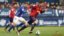 Hidi persigue a Torro durante el Osasuna - Real Oviedo