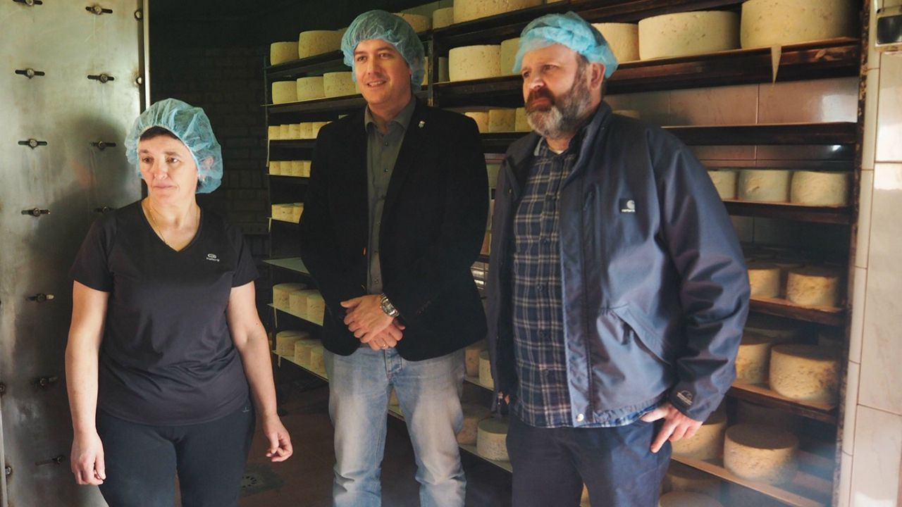 El consejero de Ciencia, Innovación y Universidad, Borja Sánchez, ha visitado el concejo de Onís y la quesería Vega de Aria