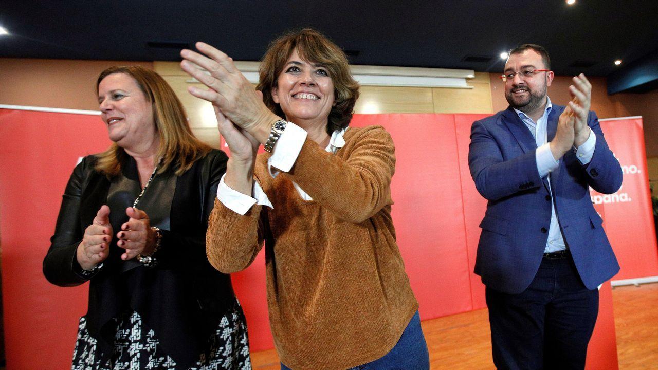 La ministra de Justicia en funciones, Dolores Delgado (c), acompañada por el secretario general de la FSA-PSOE y presidente del Principado, Adrián Barbón, y la alcaldesa de Langreo, Carmen Arbesú (i), durante el mitin hoy domingo en la localidad de la Felguera (Langreo).