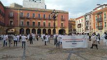 Concentración de personal del Hospital de Cabueñes frente al Ayuntamiento de Gijón