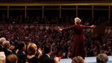 La novelista y ensayista estadounidense Siri Hustvedt tras recibir el premio Princesa de Asturias de las letras 2019, durante el acto que se celebra este viernes en el Teatro Campoamor de Oviedo