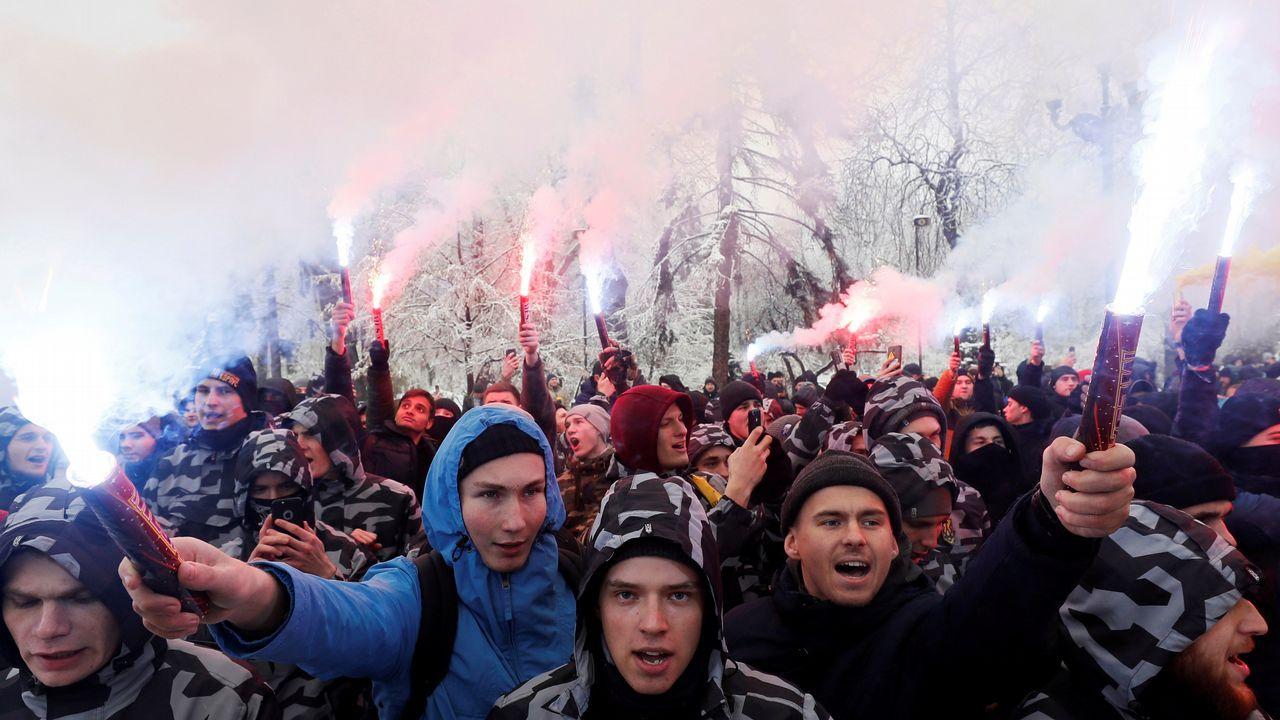 Escalada de tensión en Ucrania.Activistas de ultraderecha queman bengalas para apoyar a la Armada ucraniana