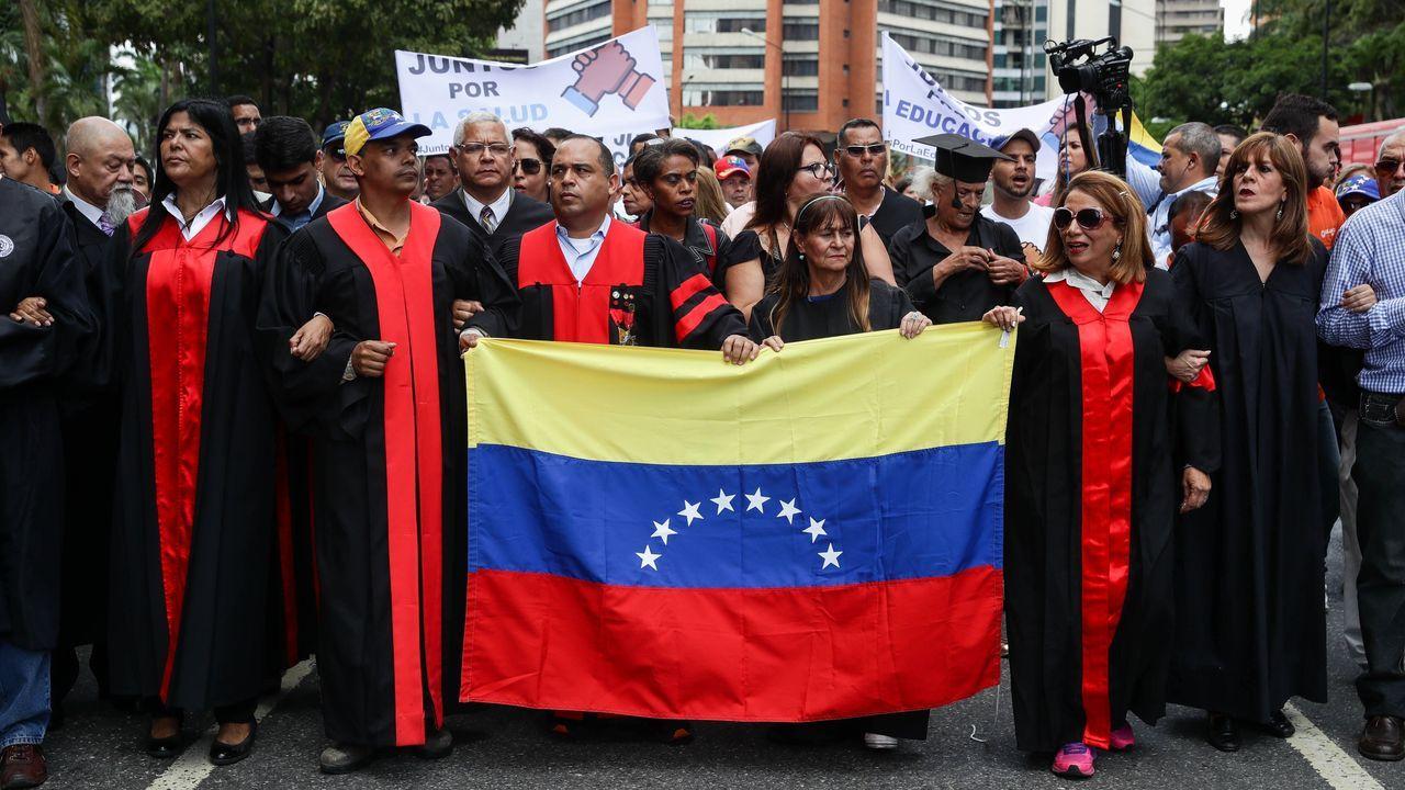 Un grupo de abogados protestan en Caracas contra el Gobierno de Maduro, al que acusan de vulnerar el Estado de derecho al pretender imponer sentencias
