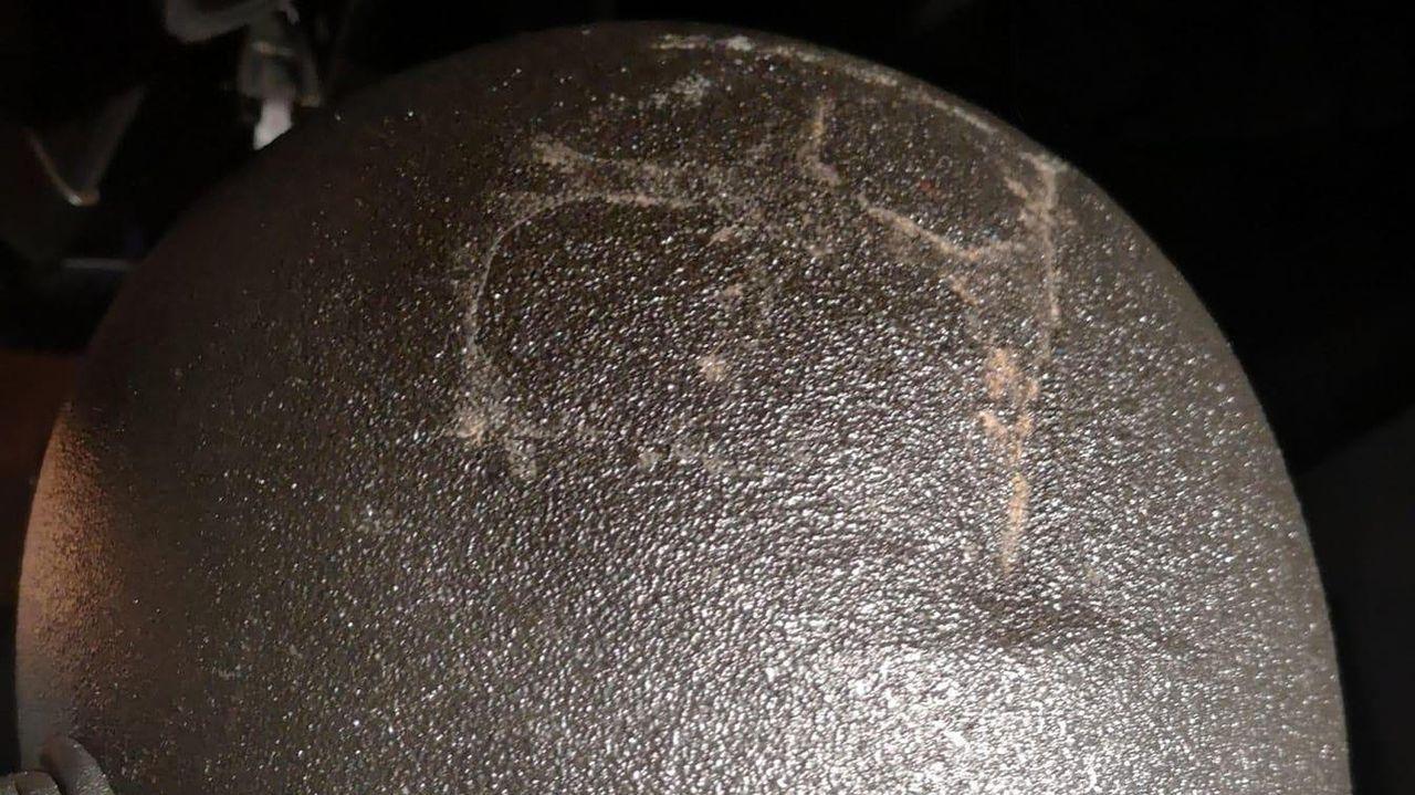 Inés Arrimadas de cañas por Coruña.A la izquierda, el policía coruñés herido; a la derecha, el casco del vigués