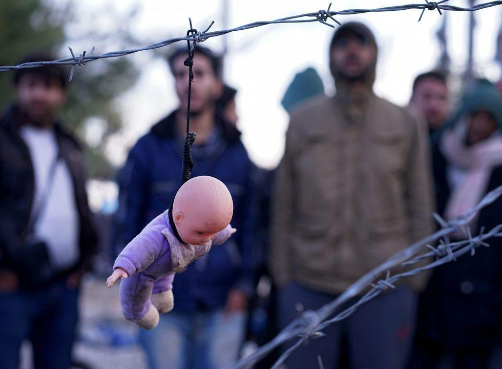 <span lang= es-es >Macedonia levanta una valla</span>. Los refugiados protestaron ayer por la valla que el ejército de Macedonia comenzó a levantar en la frontera con Grecia para filtrar la entrada.