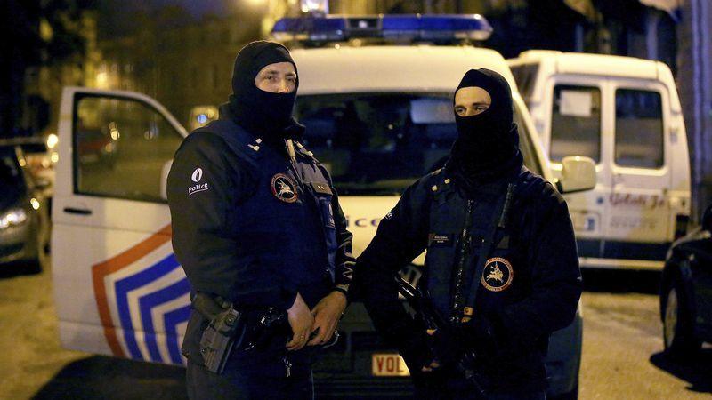 Operación a gran escala contra el terrorismo islamista en Bélgica.Hollande estrecha la mano de una vendedora en la visita a un mercado ayer en Tulle.