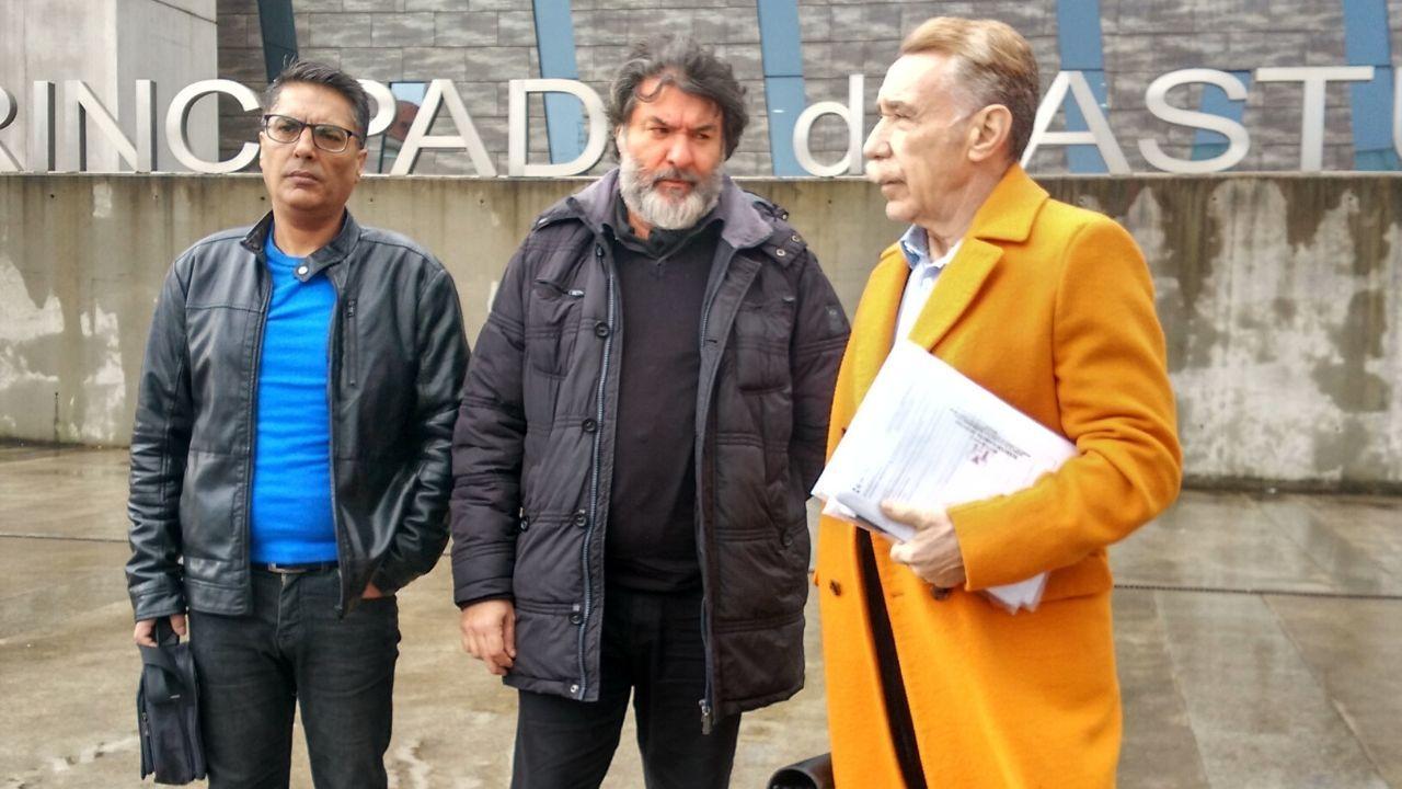 Las imágenes de la mansión okupada en AZapateira.El abogado Marcos García Montes, con Diego García (en el centro) y otro familiar de Eleazar, en los juzgados de Gijón