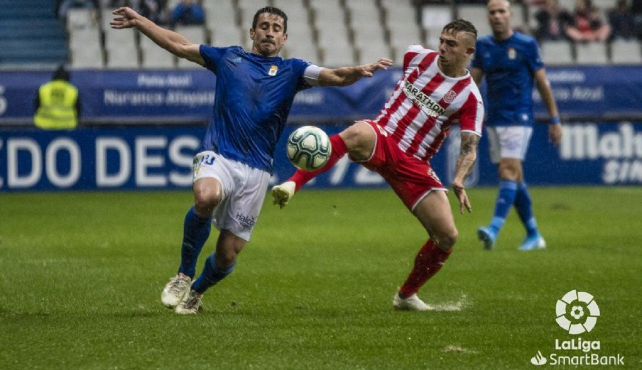 Saul Berjon Maffeo Real Oviedo Girona Carlos Tartiere.Saúl Berjón pugna con Maffeo por un balón