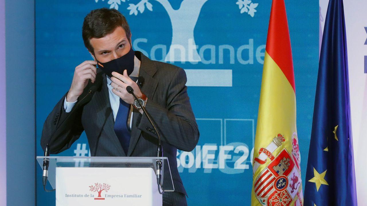 A su llegada a la Moncloa, Casado ha saludado a Sánchez chocando los codos