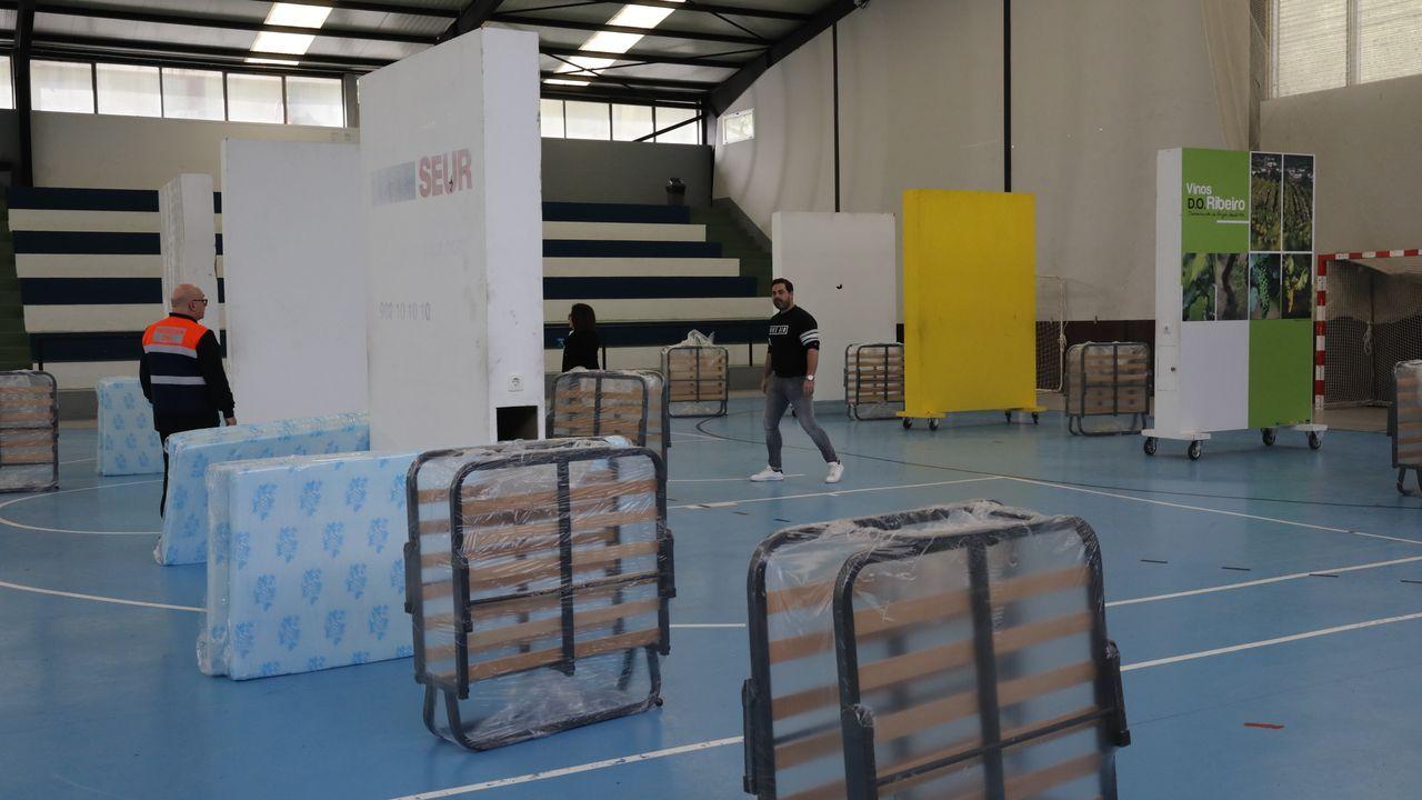 Juan deja la UCI.El polideportivo de Oira comenzó a funcionar con camas para diez personas sin hogar