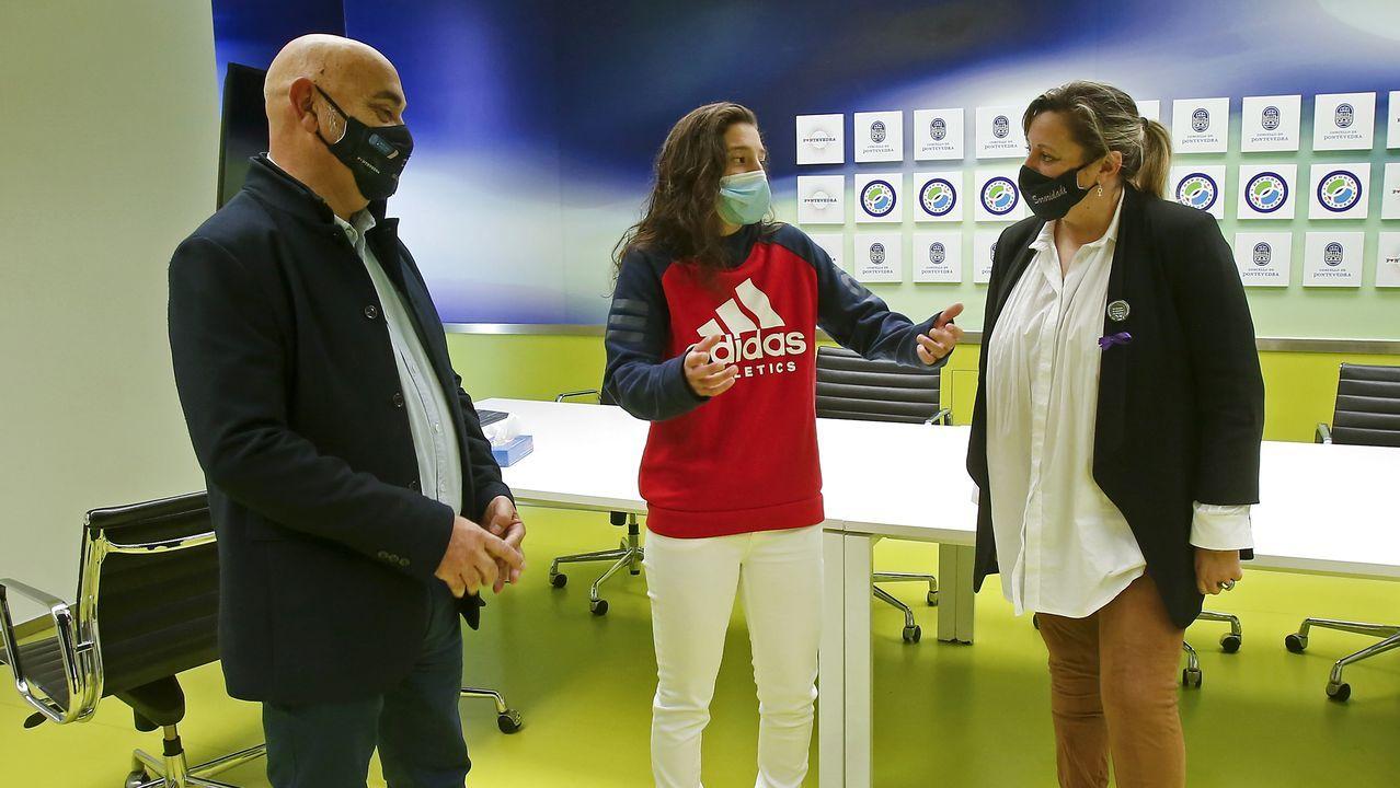 El concejal de Deportes y la concejala de Igualdade de Pontevedra reciben en el Concello a Paula Dapena, la futbolista que se negó a secundar un minuto de sliencio en homenaje a maradona