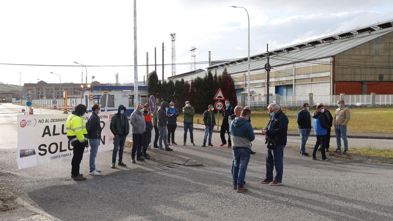 dentista. Un grupo de trabajadores de Alu Ibérica se ha concentrado en la mañana de hoy martes frente a la fábrica de Avilés en demanda de una solución a la incertidumbre en la que está sumida la plantilla y la propia actividad productiva, con dudas sobre el actual inversor, el Grupo Industrial Riesgo.