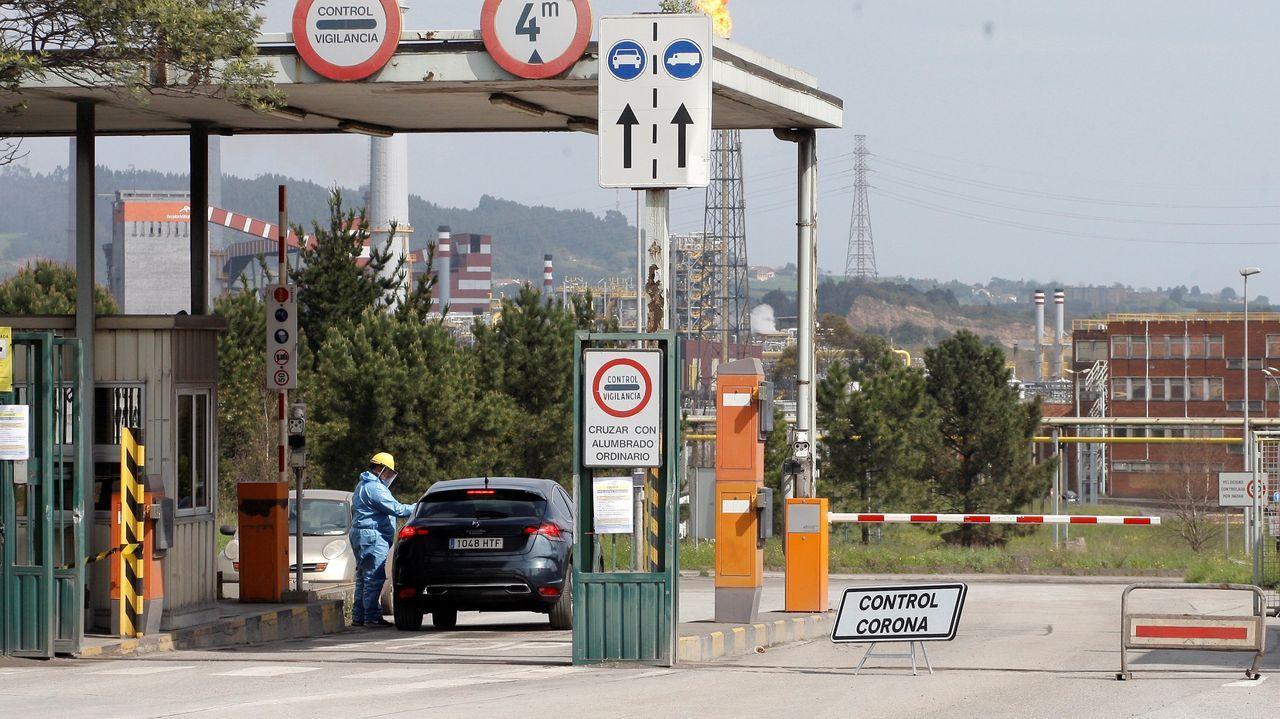 Personal sanitario realiza controles de temperatura a los empleados que acceden a la planta siderúrgica de ArcelorMittal de Veriña, Gijón