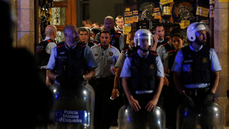 Los Mossos ante el Parlamento Catalán durante la jornada del referendo ilegal del 1-O