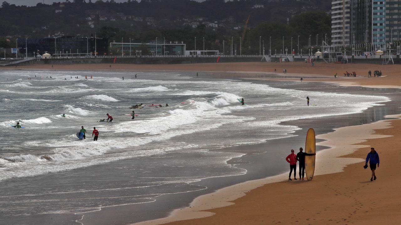 Varios surfistas disfrutan de las olas en la playa de San Lorenzo, en una imagen de archivo