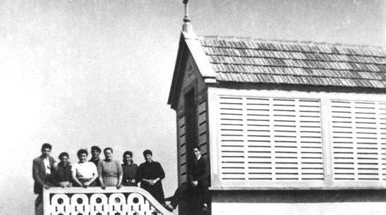 El hórreo de Xoane. Hace unos 55 o 56 años, los Testigos de Carballo y comarca empezaron a reunirse en este hórreo de Xoane, que poco ha cambiado. Fue el primer lugar de Galicia clandestino. Hace más de 30 años, una revista de esta congregación destacaba ese salto. En 10 metros cuadrados se congregaban hasta 23 personas.