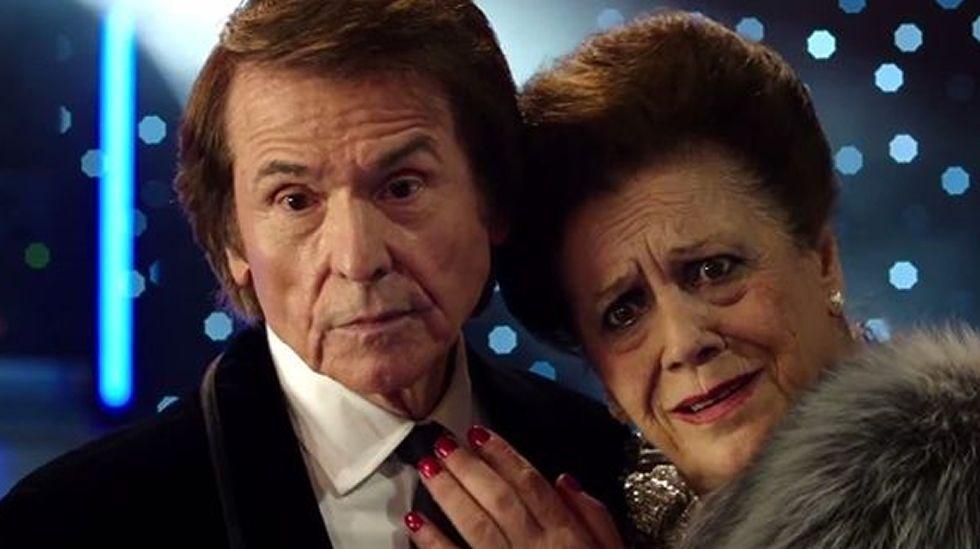 Los actores Mario Casas y Berta Vázquez posan a la llegada al estreno de su película «Palmeras en la nieve», de Fernando González Molina, hoy en los cines Kinépolis de Madrid.