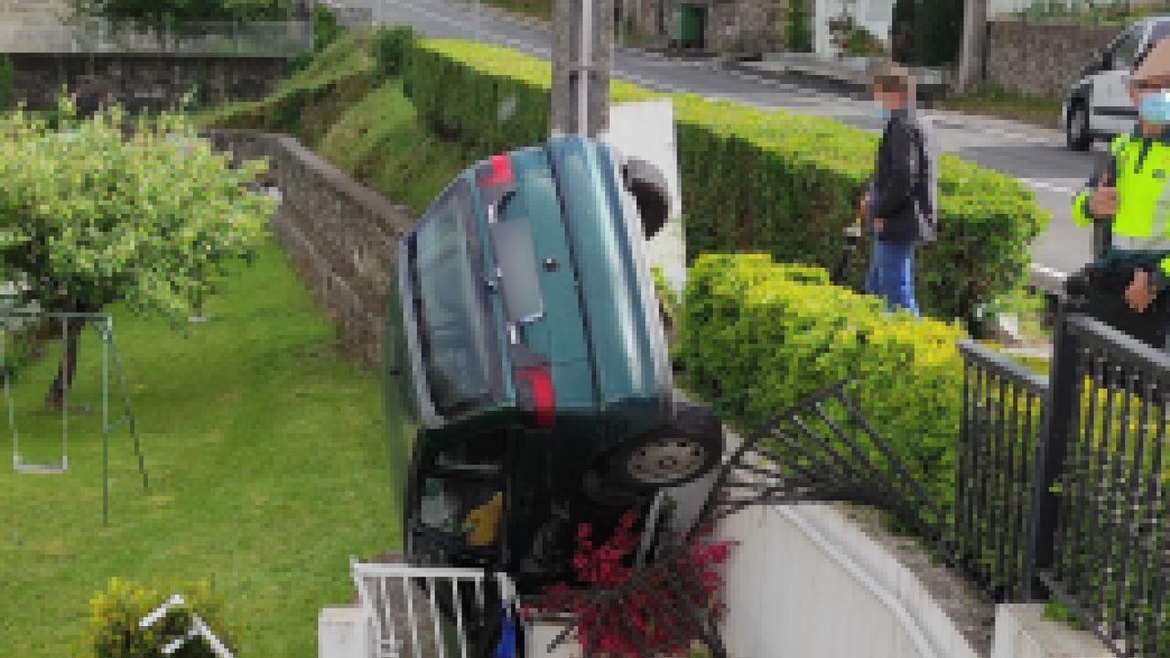 El coche sustraído en A Lama acabó en una finca