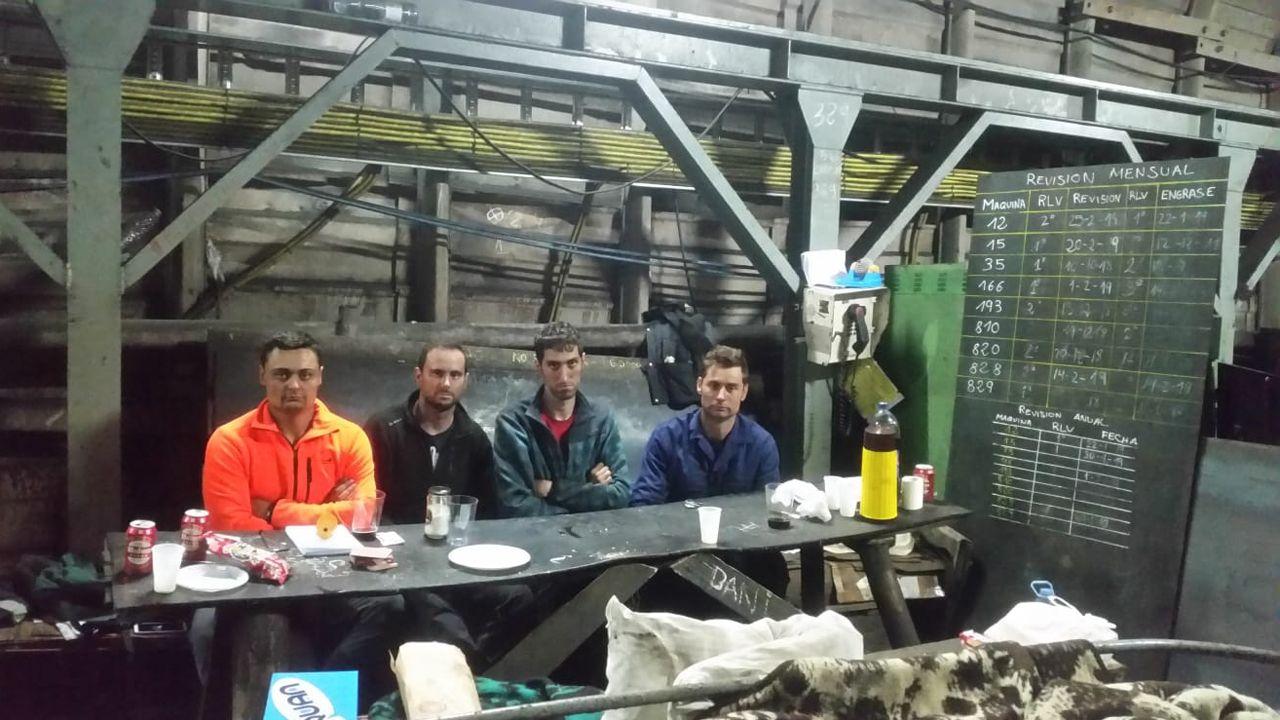 Viti Real Oviedo Malaga Carlos Tartiere.Imagen de los cuatro mineros que llevan desde el pasado jueves encerrados en el pozo Santiago en Carborana (Aller)