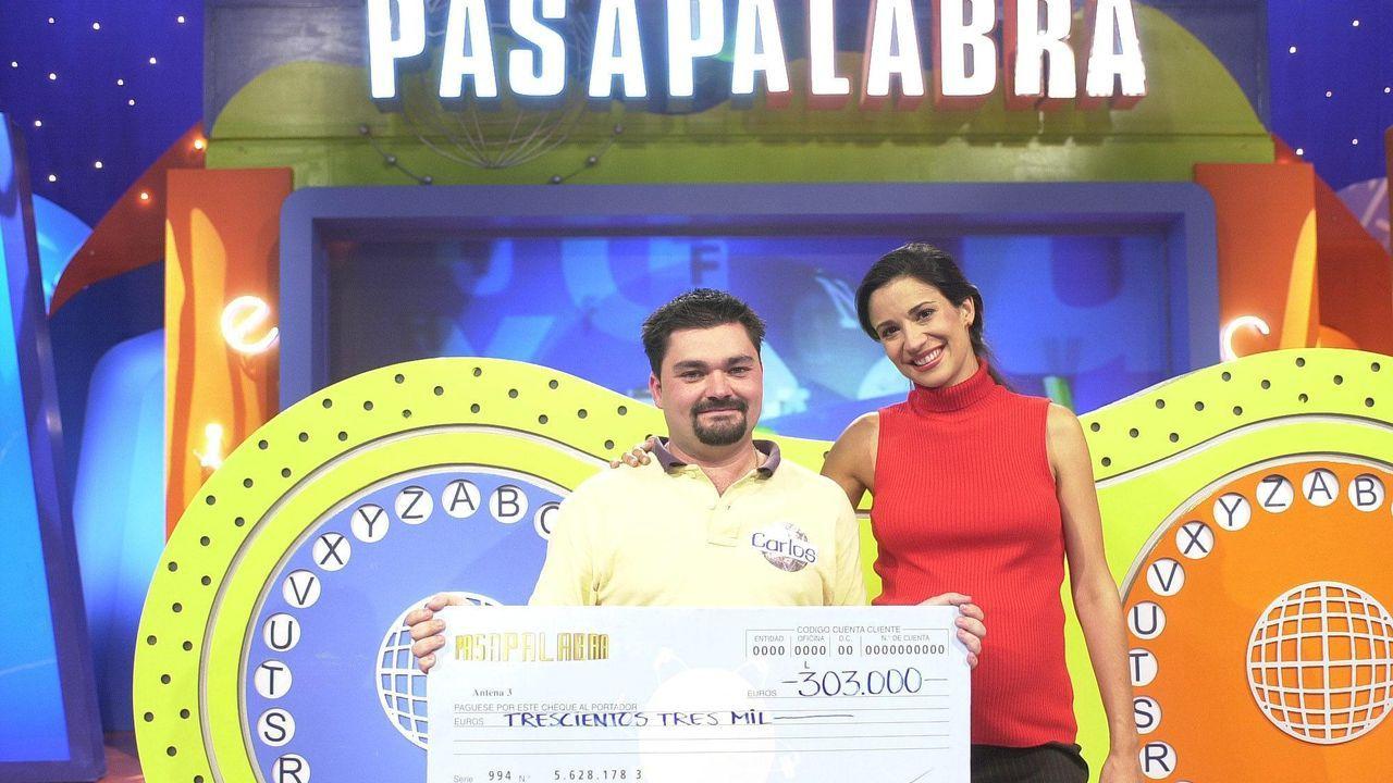 Silvia Jato entrega el bote a uno de los concursantes que lo ganó en la etapa de «Pasapalabra» en Antena 3