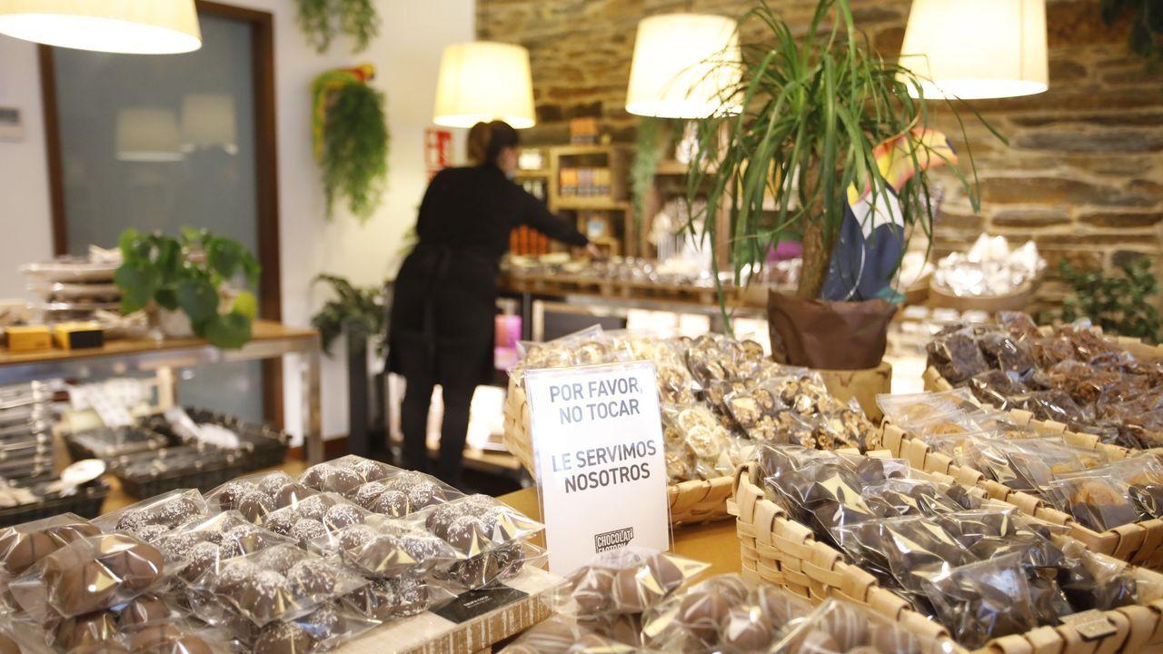 Cuidados de mayores.Los carteles piden a los clientes de Chocolat Factory no manipular los artículos