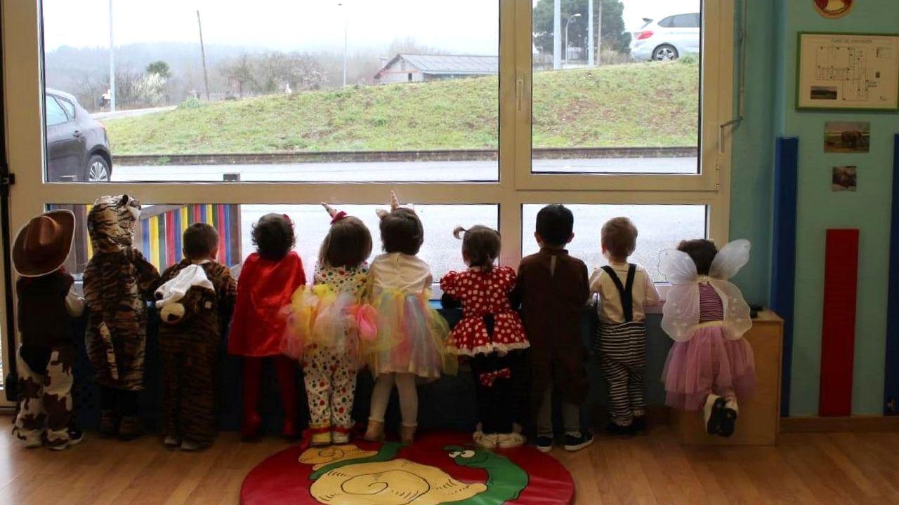 Alumnos del colegio público de Bóveda con disfraces de Carnaval