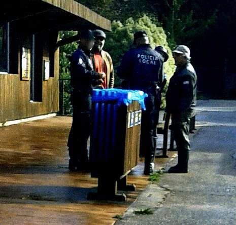 Cinco lugares en Galicia en los que entrar en contacto con los animales.Abalde, segundo por la izquierda, con los policías en el zoológico.