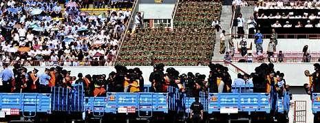 <span lang= es-es >Juicio masivo y premios de 60 euros en Xinjiang</span>. Después de casi una década, China recupera los juicios masivos. El estadio de Yining acogió ayer uno. Tres personas fueron condenadas a muerte y otras 52, a diferentes penas de prisión. Los presos fueron paseados en remolques. La violencia étnica en la región ha llevado a las autoridades a dar 60 euros a cada visitante para promocionar el turismo.