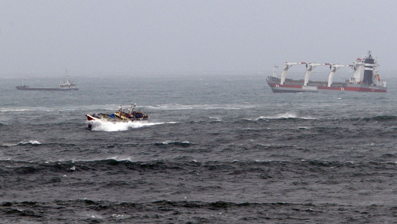 Barcos desafiando as ondas na entrada do porto de Viveiro