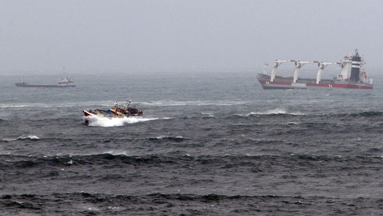 Las últimas imágenes del helicóptero de Kobe Bryant volando.Barcos desafiando as ondas na entrada do porto de Viveiro
