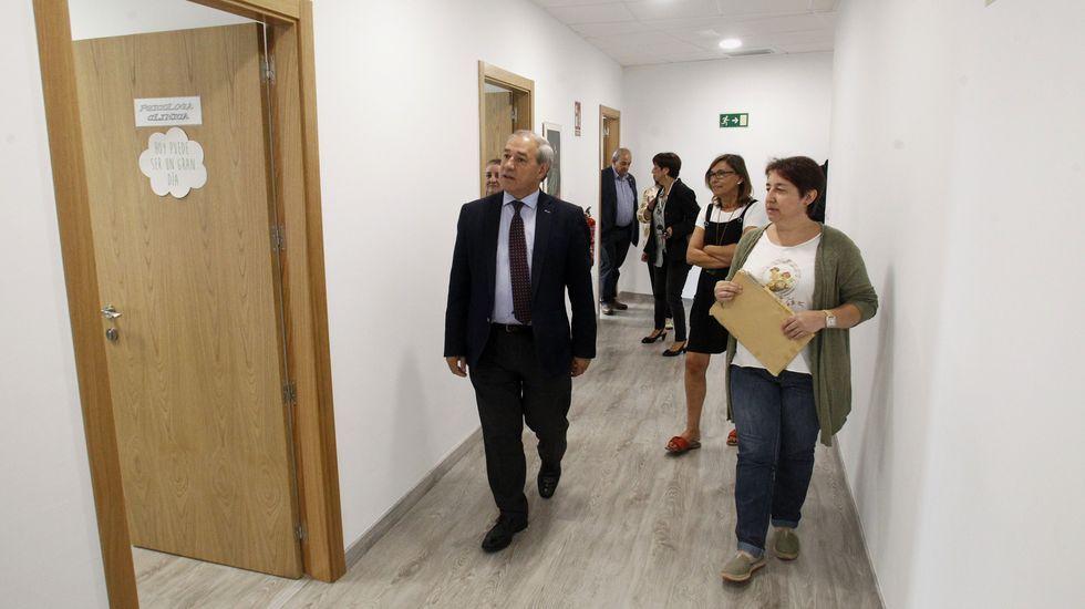 El tramo del AVE que ahorrará 50 minutos en el viaje a Madrid se abrirá «en pocos meses».Instalación del primer poste de catenaria entre Taboadela y Campobecerros, en la provincia de Ourense