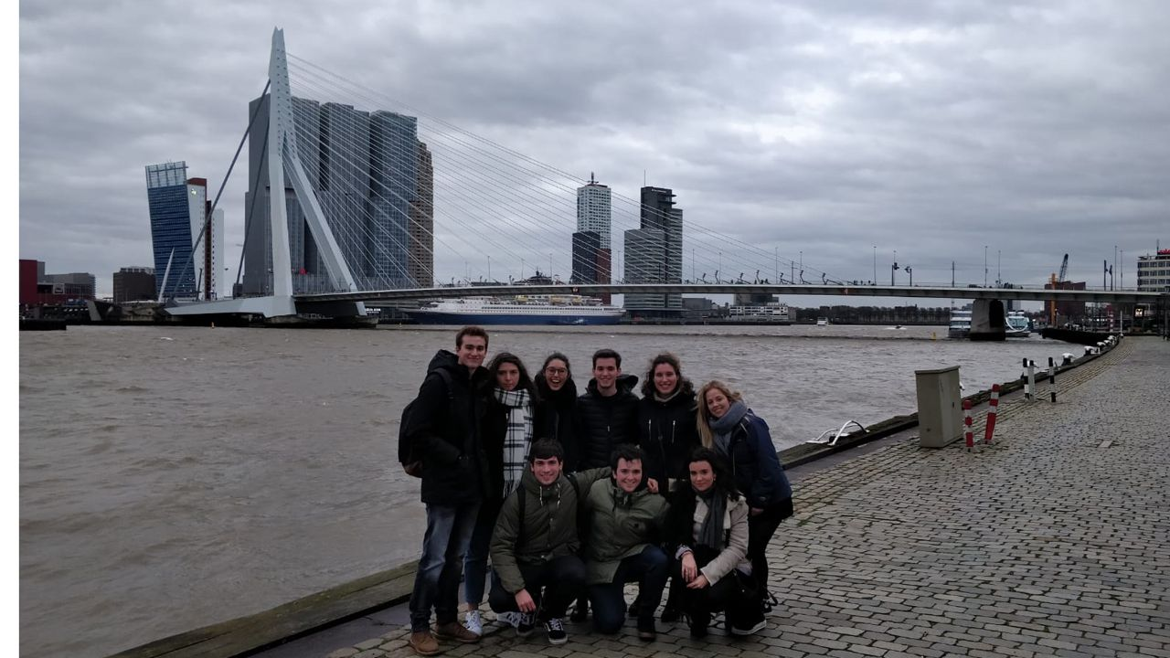 La asturiana Sara Panizo con su grupo de amigos