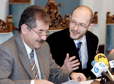 La foto es del 2007. Jesús Otero era subdelegado del Gobierno, y Julio González, jefe de Tráfico.