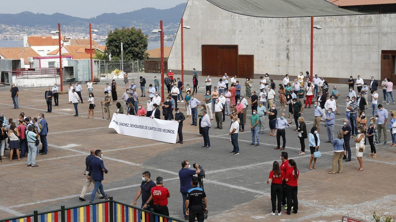 Movilización de alcaldes y ediles del PP, ayer a las puertas del Ayuntamiento de Vigo