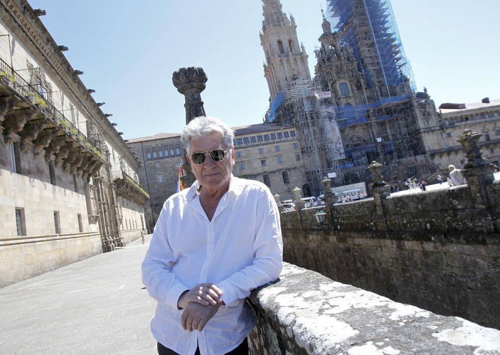 Letizia, con el bolso de Bruno Prieto, en la Feria del Libro de Madrid.Arturo Franco ante la Catedral de Santiago, la gran protagonista de la obra que se reedita.