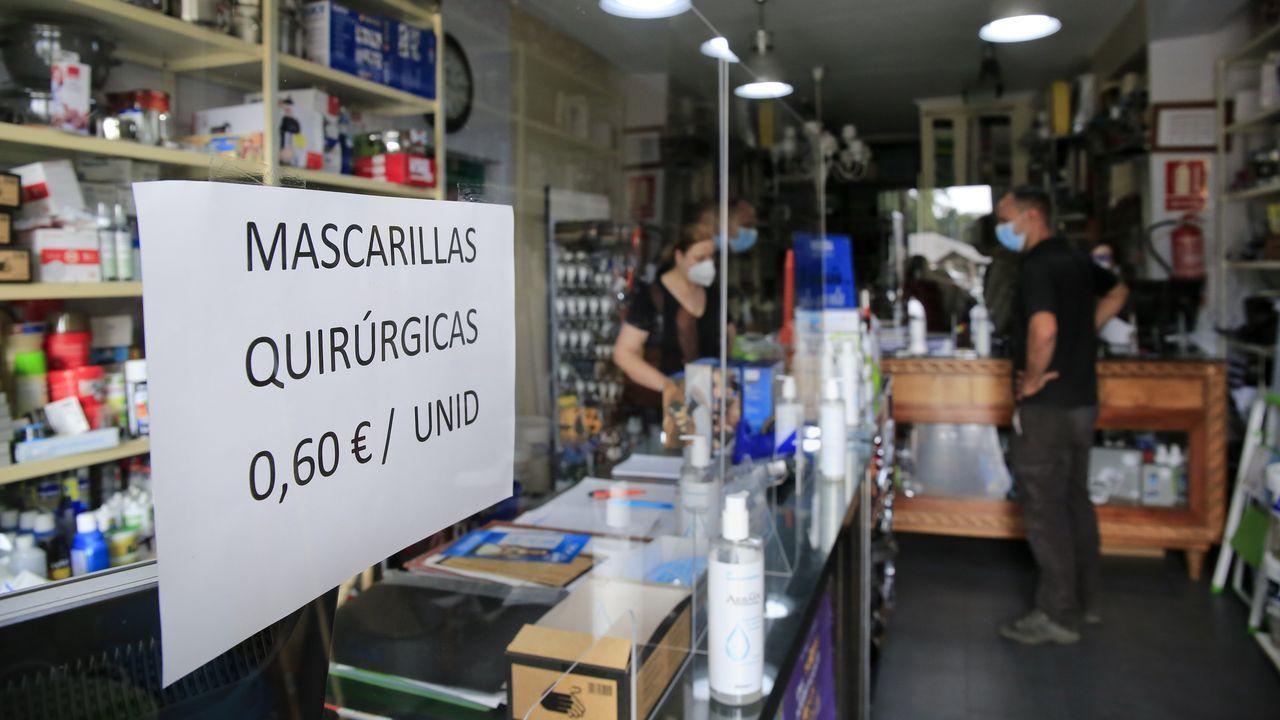 Anuncio de venta de mascarillas en una ferretería de la localidad