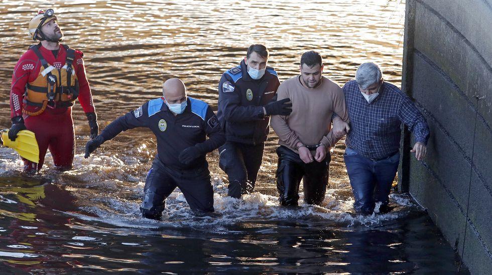 Se tira al río Lerez, en plena ola de frío, para huir de la policía.Sanitarios durante un acto en recuerdo a las víctimas de la pandemia celebrado en urgencias de Montecelo