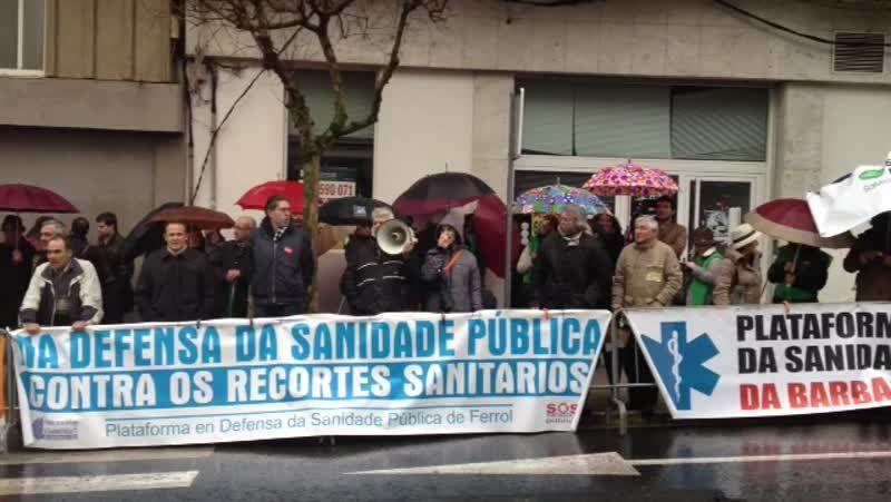 Manifestación contra los recortes en sanidad frente al Parlamento de Galicia.Noceda, Antelo, Muíño, Ferrero, Aymerich y Sande, ayer en la sede del BNG de Carballoo.